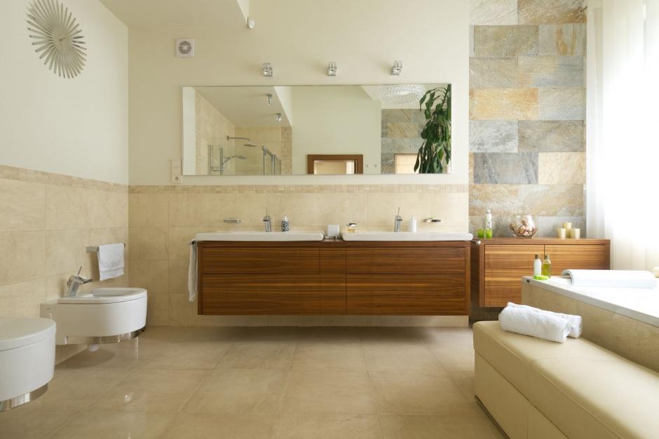 Beżowa łazienka w pięciu stylach – pomysły na urządzanie