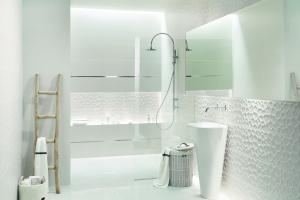 Białe płytki do łazienki – 12 pięknych kolekcji