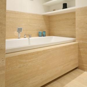 Mała łazienka z wanną – 12 modnych wnętrz