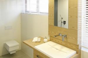 Beżowe łazienki – 12 wnętrz z polskich domów