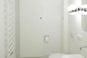 Łazienka w bieli – modny pomysł na aranżację