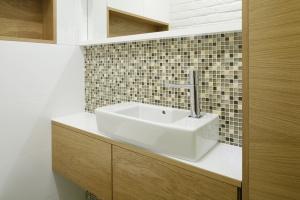 Biała łazienka ocieplona drewnem – pakiet projektów