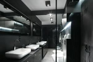 Wąska łazienka – 12 modnych pomysłów architektów