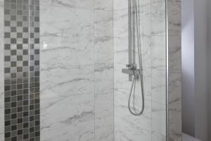 Prysznic z odpływem zamiast brodzika – 15 projektów