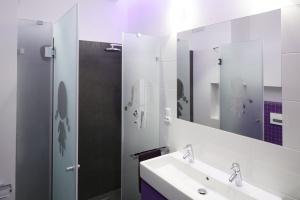 12 projektów białych łazienek