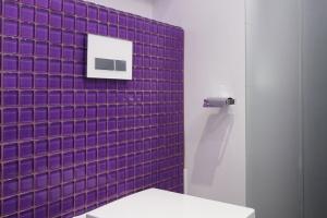 Łazienka w modnym fiolecie. Nowoczesne wnętrze dla dzieci