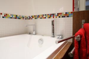 Przytulna łazienka: 10 wnętrz ożywionych czerwienią