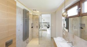 Jasna łazienka w kamieniu – modne wnętrze przy sypialni