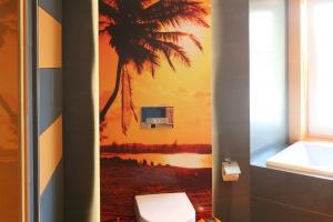 Ściany w łazience: Polacy wybierają szkło i fototapetę