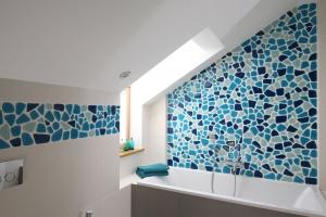Łazienka na poddaszu – urządzaj z architektem