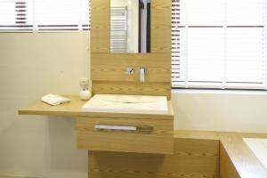 Łazienka w jasnym drewnie – najmodniejsze aranżacje wnętrz