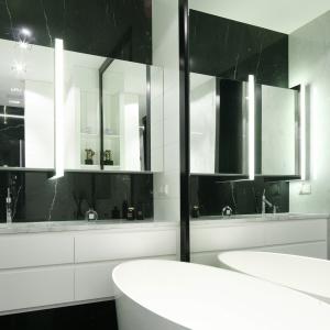 Czarno-białe łazienki: 12 projektów w  stylu nowoczesnym
