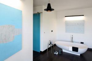 Biała łazienka – zobacz aranżacje w różnych stylach