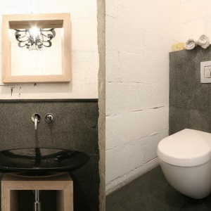 Łazienka w szarościach – tak projektują architekci