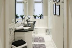 Jasne łazienki – 12 pomysłów na modne wnętrza