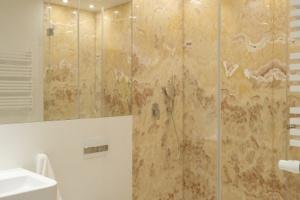 Prysznic w narożniku – 12 pomysłów na wygodną łazienkę