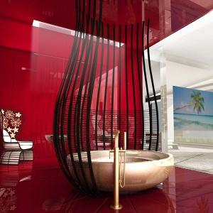 Łazienka w odważnym wydaniu - w czerwieni i szkle
