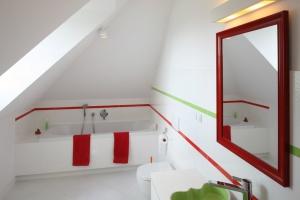 Mała łazienka z wanną – urządzaj z projektantem
