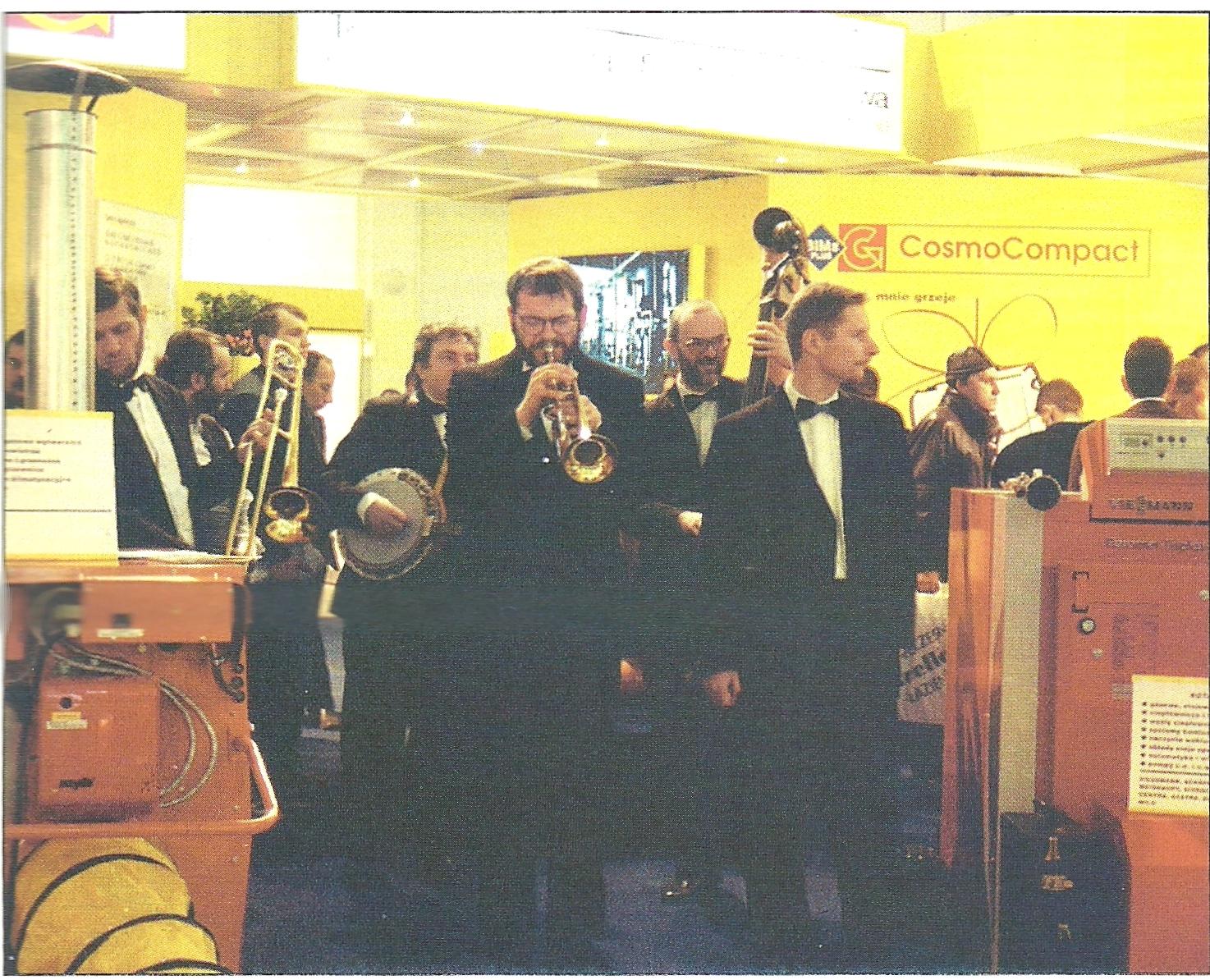 Jazzmani wśród pieców i wyposażenia kotłowni - to sposób na przyciągnięcie uwagi zwiedzających targi.