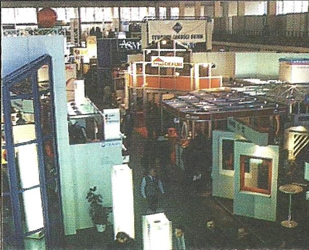 Jeden z pawilonów handlowych na Budmie '96.