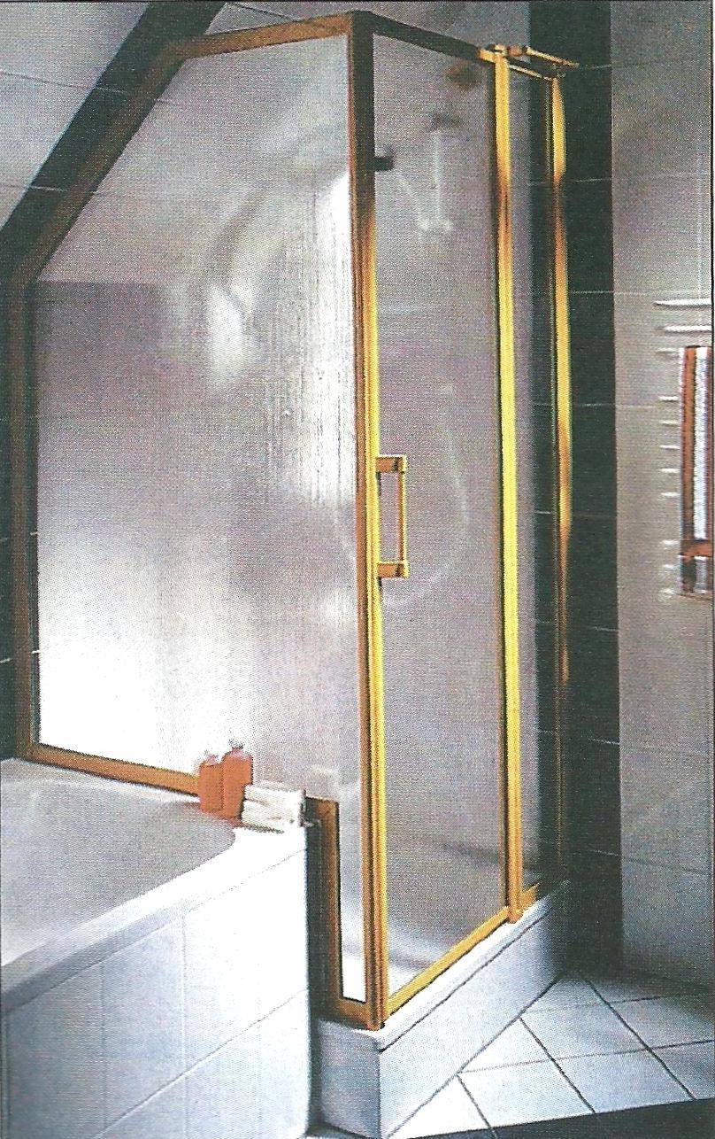 Na rynku dostępne są kabiny prysznicowe, przeznaczone do montażu przy ścianach ze skosem.