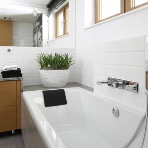 Łazienka w stylu loft - modne wnętrze z fototapetą
