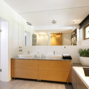 Drewno w łazience – pomysły na modne wnętrze