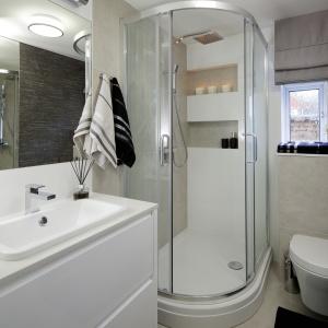 Mała łazienka – projekt na 4 metry z narożną kabiną