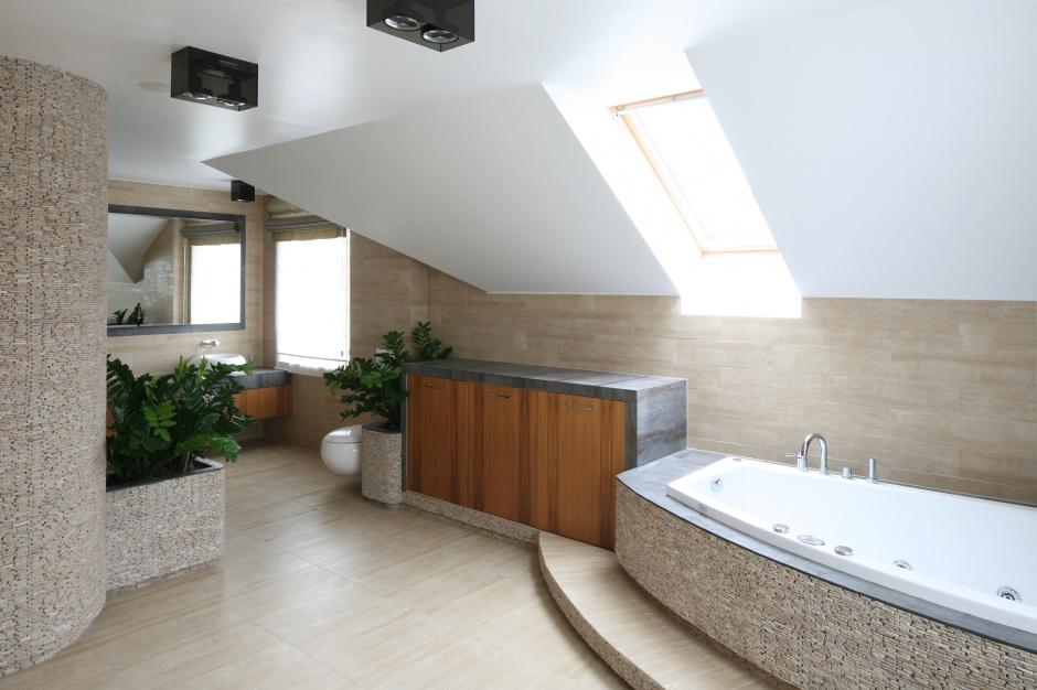 Okna dachowe – jakie wybrać do łazienki na piętrze