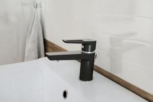 Czarne baterie – modny akcent w łazience
