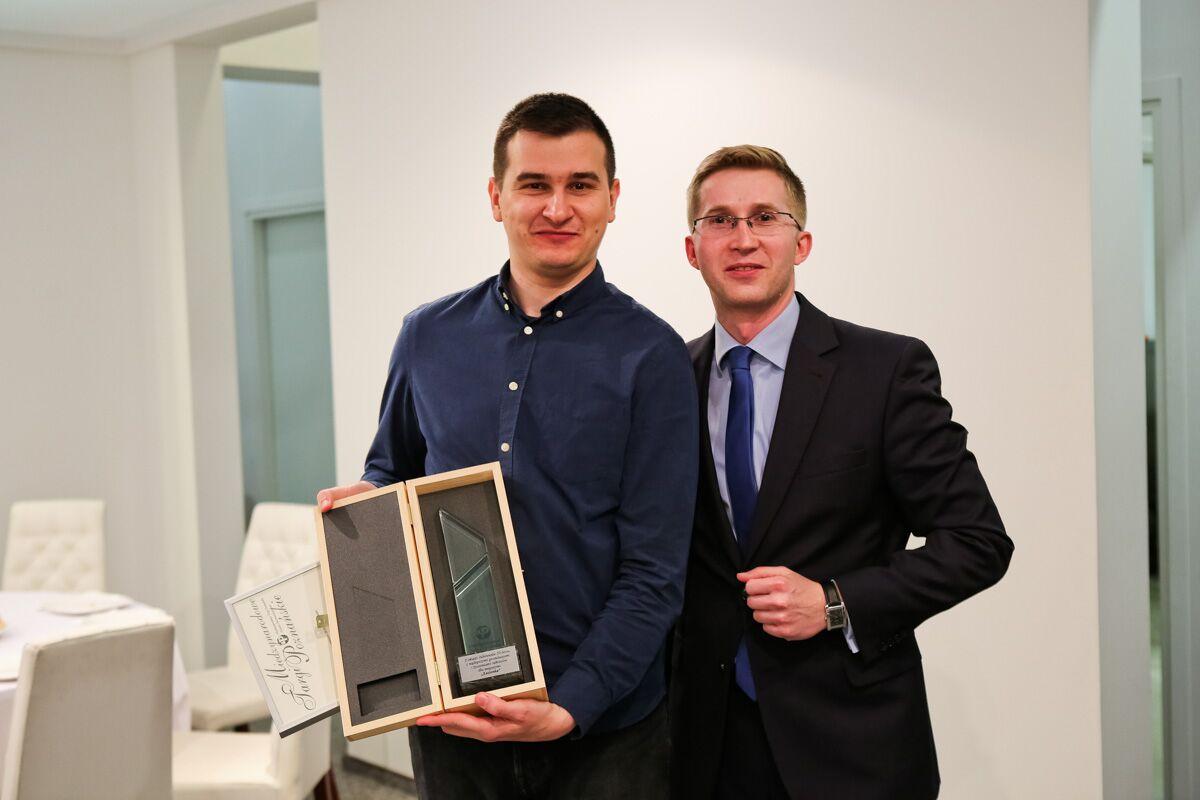 Nagrodę z rąk Konrada Fleśmana (MTP) odebrał Arek Kaczanowski.