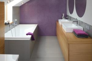 Łazienka na poddaszu – projekt w fioletach przy sypialni