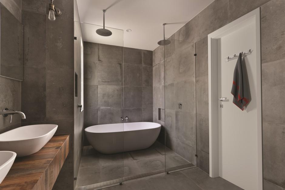 Modne drzwi łazienkowe – nowość z praktycznym wieszakiem