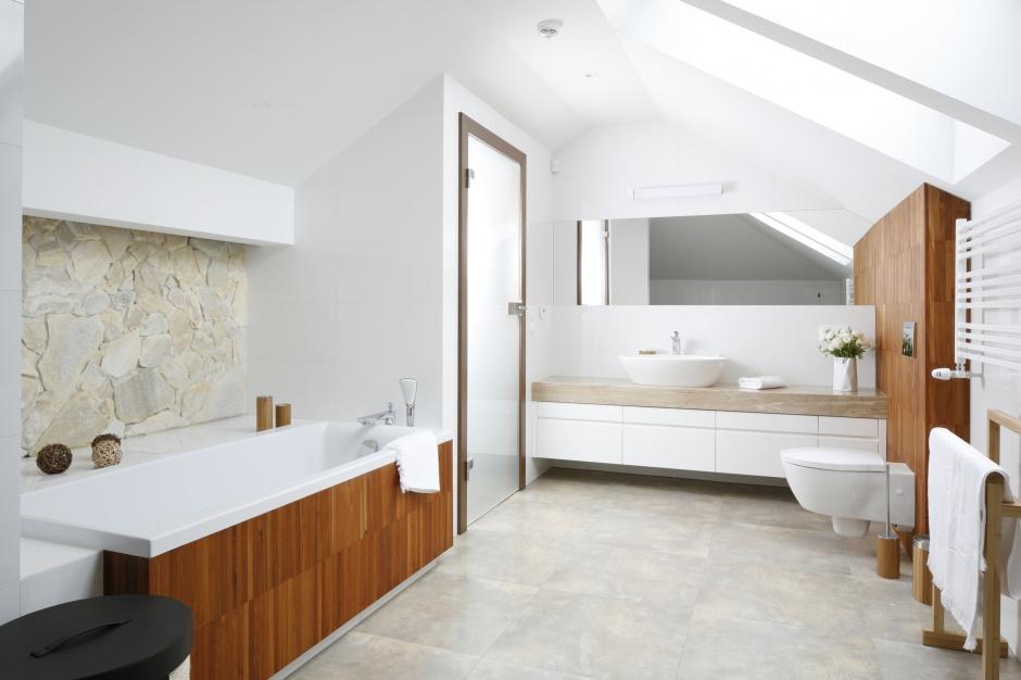 Biała łazienka z drewnem - zobacz gotowy projekt