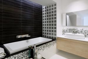 Biało-czarne płytki – nowa seria do łazienki