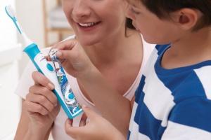 Natlenia i spienia pastę - szczoteczka do zębów dla dzieci