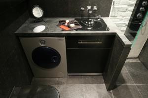 Szafka na pralkę – 15 pomysłów z małych łazienek