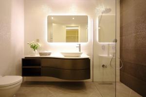Poradnik architekta: Dobry projekt oświetlenia kreuje przestrzeń w łazience