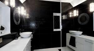 Łazienka biało-czarna – gotowy projekt z dużym lustrem