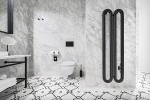 Geometria w łazience. Z ciekawym grzejnikiem w centrum uwagi