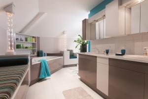 Farby renowacyjne – nowość do płytek i mebli