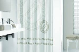Zasłony prysznicowe – 9 modeli dekorowanych słowami
