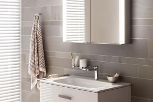Szafka lustrzana – nowość z przyciemnianym światłem