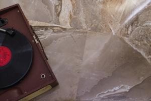 Płytki jak drewno, beton i kamień: zobacz modne kolekcje