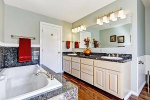 Elegancka łazienka: postaw na naturalny kamień