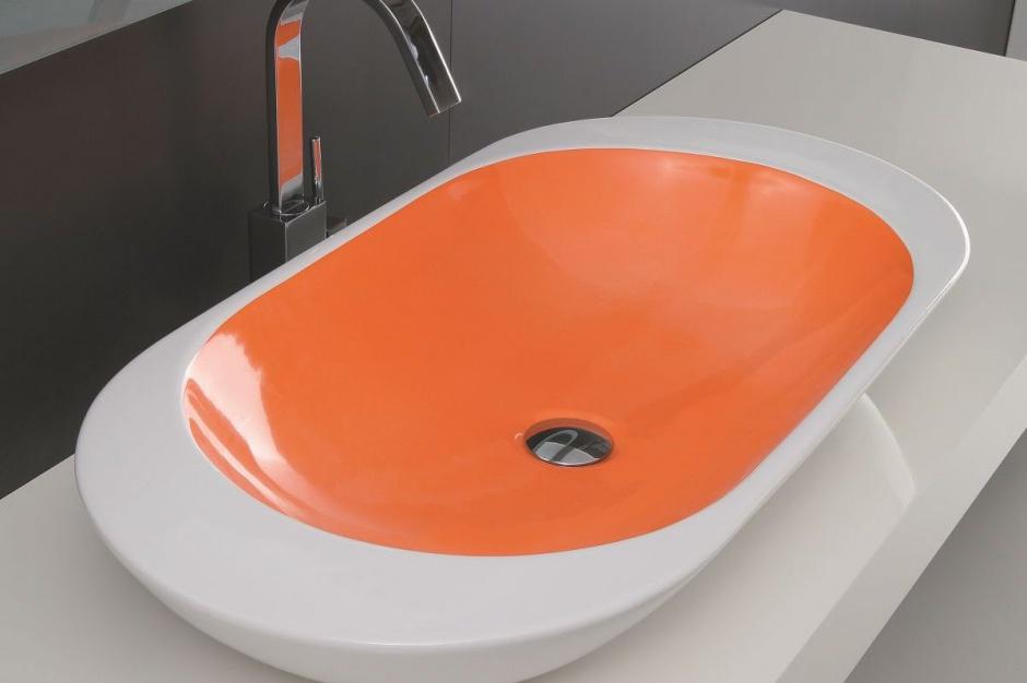 Kolor w łazience: postaw na barwną umywalkę