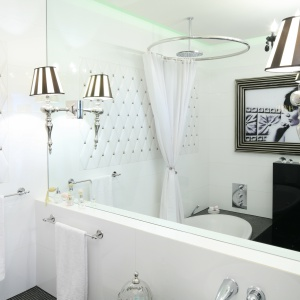 Ściana w łazience: udekoruj ją obrazem, zdjęciem i grafiką