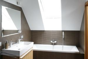 Łazienka na poddaszu: tak urządzisz ją z architektem