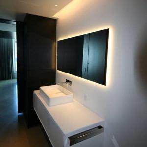 Szare płytki i solid surface - projekt amerykańskiej łazienki