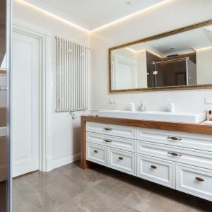 Przytulna łazienka: klasyczne wnętrze w kolorach ziemi
